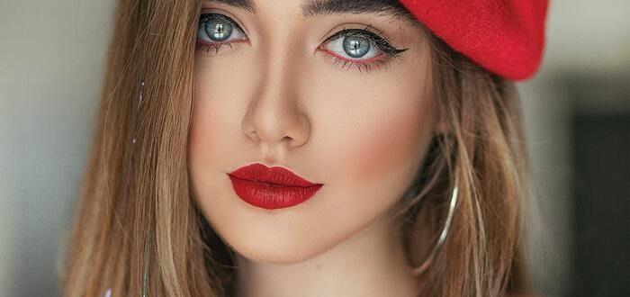 Девушка в красном берете