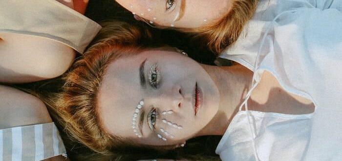 Три девушки со светлыми волосами